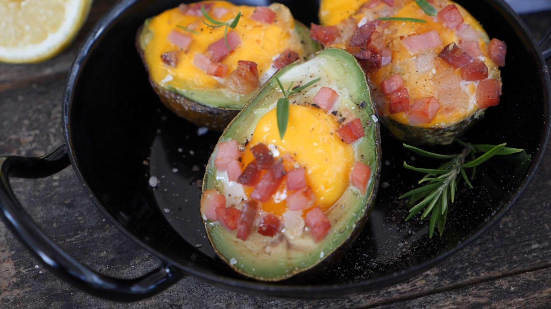 Hütthaler kocht gefüllte Avocados mit Speck