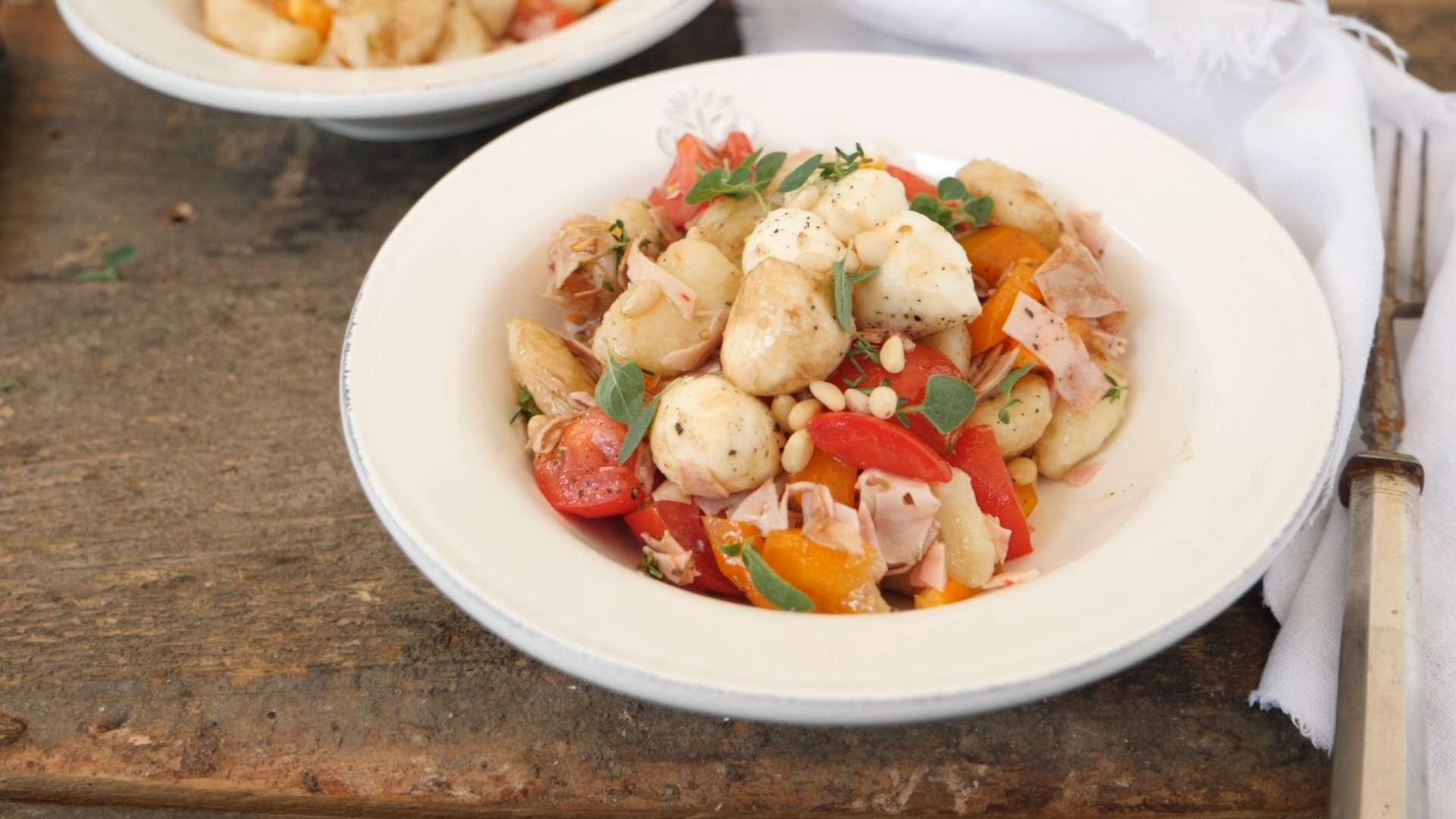 Hütthaler kocht einen mediterranen Gnocchisalat mit der Attersee-Wurst