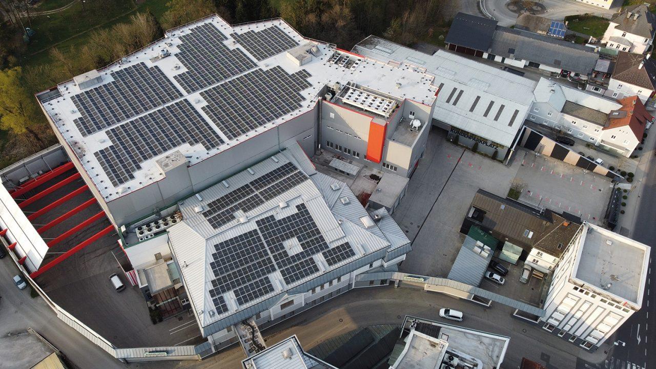 Photovoltaikanlage am Dach der Produktion in Schwanenstadt